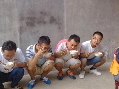 Image result for 农民è12着吃é¥-