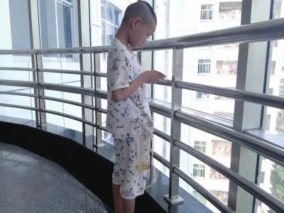 男孩遇车祸输血抢救被感染艾滋病 究竟谁之过
