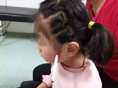 5岁女孩一声惨叫后脸上插了一支笔