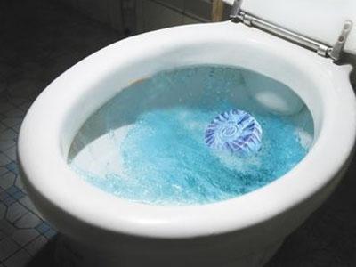 马桶放洁厕块会污染水引起癌症实为旧谣新传