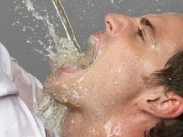 喝水也能中毒!男子连喝五大瓶水后全身抽搐