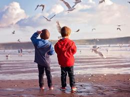 早期育儿方式不当,容易造成儿童交往障碍