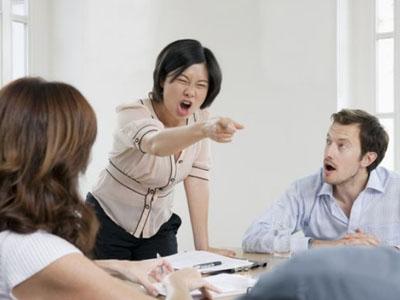 """大妈吵架被气死!生气是身体的一场""""小地震"""""""